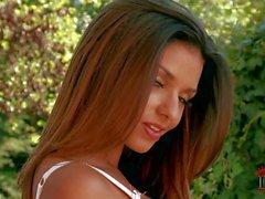 Modèle britannique gros seins Krystal Webb a pose en lingerie