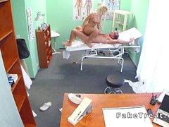 Tuvalet olarak Busty beautiful bir sarışın patlama doctor