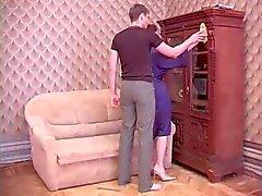 Mère russe Traducteur et la son ami de l'établissement Son
