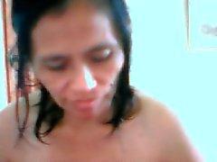 med mogna filipina Editha Navares får blotta kamerakillar
