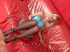 sexig strumpbyxor fötterna på soffan