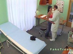 Bir doktor hastanede muhteşem Hasta sikikleri