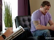 NextDoorBuddies Markie больше склоняется за терапевтом