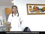 OPERACION LIMPIEZA Latina femme de ménage lécher la chatte dans la baise lesbienne