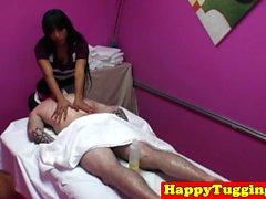 Branlette masseur asiatiques tirant dick pour le client