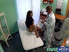 Modelo adolescente FakeHospital chavalotes para el médico retiro del tatuaje pasa bien en su apretado el coño