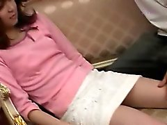 De fille asiatique déshabillage sa chatte poilue