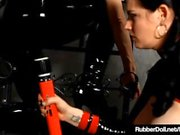Lateksi Lesbot RubberDoll & Shae Fatale Hitachi Rub Pussies!
