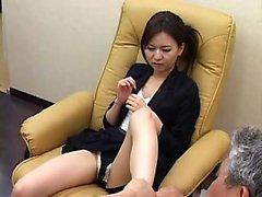 chaudasses asiatiques en culottes serrés étendent leurs jambes sexy pour t