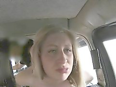 Fahrgast gibt Blowjob sowie klopfte nach Taxi-Tarif zahlen