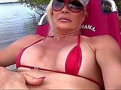 Сисси шлюха на пляже при С строку и бутон