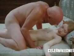 Célébrité Emily Browning nue et mince portant à plat ventre sur un lit