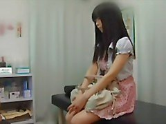 Jonge onschuldige Japanse tiener krijgt een rectaal onderzoek van de dokter