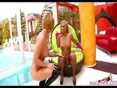 Deux poussins de lesbiennes blonds jouant avec leur gode à la piscine
