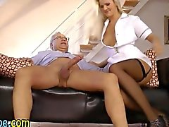 L'infirmière Jeune Fille suce et un vieux type