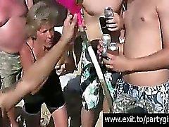 Plajda bir skandal Açık Bira ve Bayan arkadaş parti