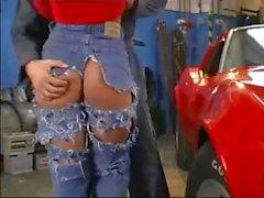 Vollbusige geht in die Garage und wird von Mechaniker nagelt