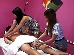 Aasialainen masseuses ole threeway hauskaa sen kanssa client