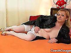 Puma de anciano del Orgasmo lleva las medias y los los juguetes ella misma