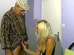 Femme blonde et les vieillards