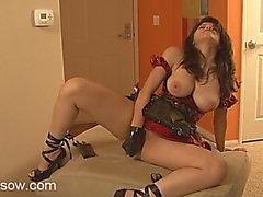 Shiny traje de látex é impressionante em uma playgirl peito