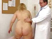 Pislik doktoru tarafından keşfedilmeyi sarı saçlı tombul milf