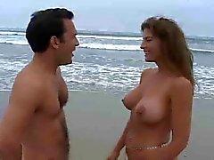 MILF met enorme tieten neuken op het strand