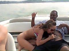 Mimi leva um galo negro em um barco