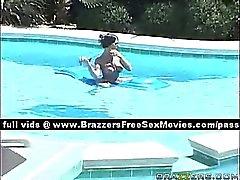 Sweet jeune fille blonde désire prendre un bain la piscine voisins
