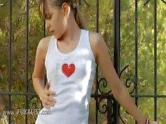 Ivana dünnen Teenager, die im Hinterhof