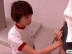Schoolmeisje Japanse Werkt een lul met haar mond