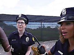Deux gros cul policiers féminins se interracial baisée