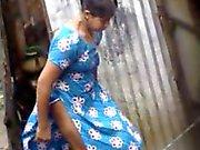 Bengali jeunes filles du village des desi baignant dans de Dhaka l'AC ( quatre )