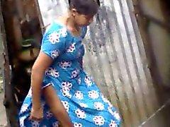 Bengalese village pr ragazze di balneazione in di Dhaka City quartier ( di 4 )