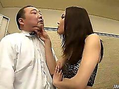 Нодзоми Масиро берет инициативу на руку, когда она боссов старый парень всему