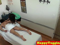 La masseuse asiatique gagne le client sur la spycam secrète