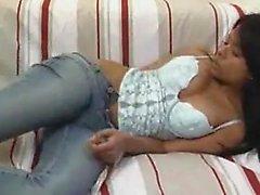 Buxom jeune brunette se détache de ses vêtements et ses doigts