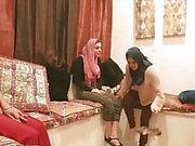Shy Arab Prinsessa neljäs seksi hijab-ystävien kanssa puolueessa