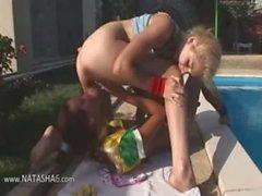 Vika et les Natasha russians mangez minous