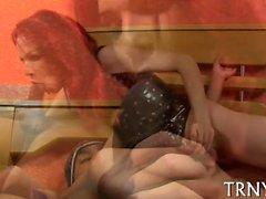 Shemale sevgilisini kontrolsüz hale getirir ve onun kıçını jizz haline getirir