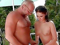 Lyckligt Grandpa och söt tjej pissa och knullas