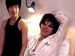 Asian pojkarna Att ha kul i sängen