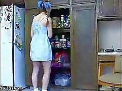 Garde d'enfants Horny baise une trentenaire à chaud des nains grand cock