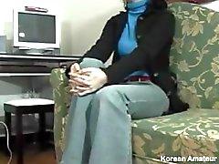 Amateur Aasian kotiäiti on innoissaan hänen ensimmäinen karvainen pussy vittu kamera