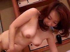 Buxom épouse japonaise avec un cul sublime rend son mari en