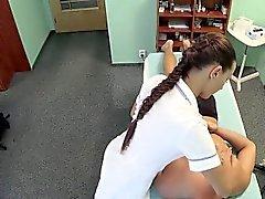 Paciente masajes de la enfermera andbangs