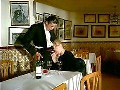 garçom junta casal para dupla penetração com a esposa