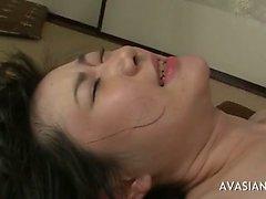 A menina asiática toma anais