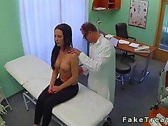 Läkare knullar en storbystade Liten och nätt patient i sitt rum