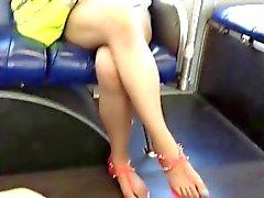 Des pieds asiatiques impartiales et jambes à le bus